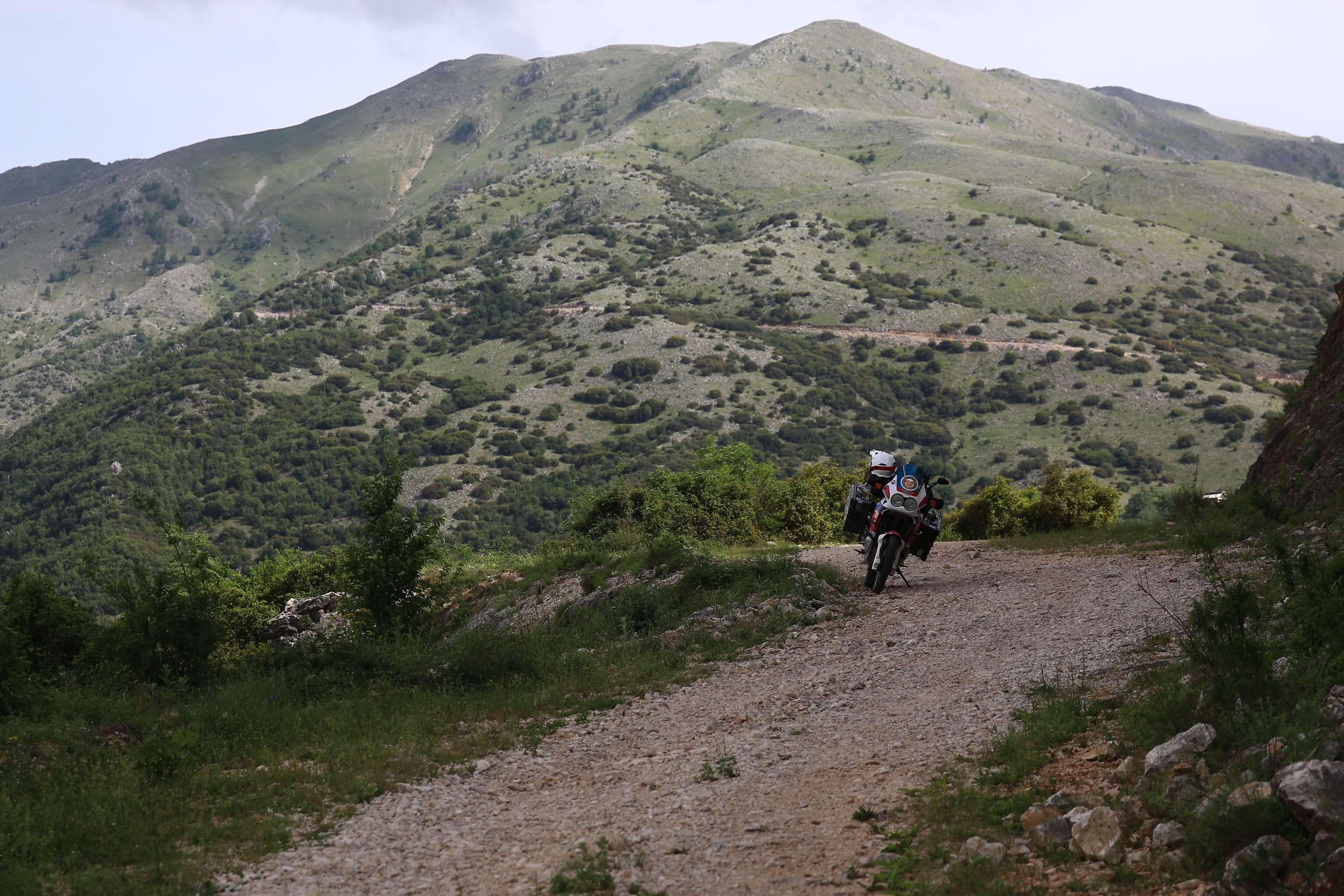 Grüne Berge mit einer Honda Africa Twin auf der Rechten Seite
